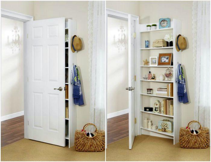 Компактен шкаф за книги зад вратата.
