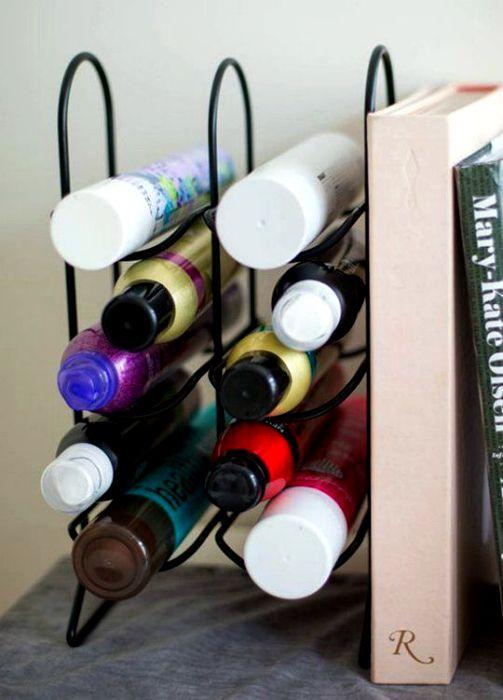 Настолен държач за бутилки за съхранение на продукти за лична хигиена.