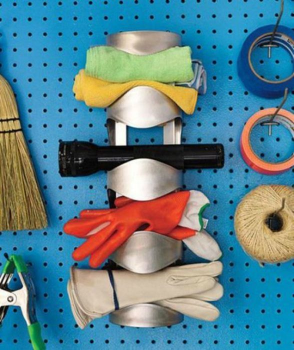 Стенен държач за бутилка за съхранение на домакински предмети.
