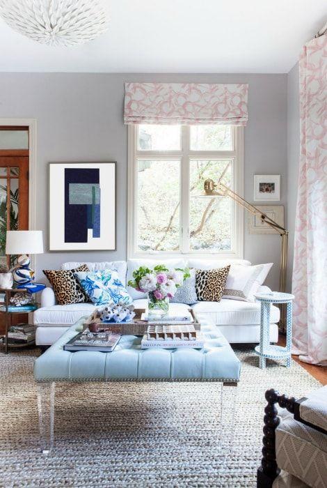 Salon w pastelowych kolorach.