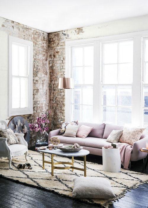 Stylowy salon w jasnych kolorach.