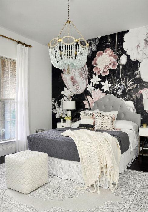 Sypialnia z efektowną ścianą akcentującą.