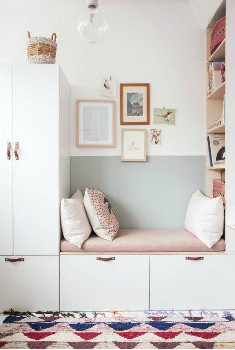 Tapicerowana ławka do odpoczynku między szafkami.