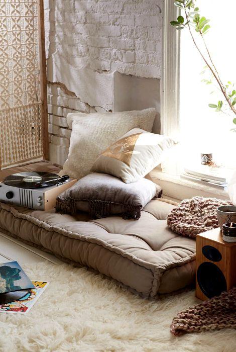 Уютное местечко за ширмой у окна.