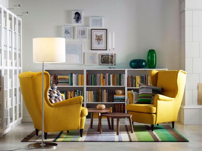 Гостиная с яркими желтыми креслами.