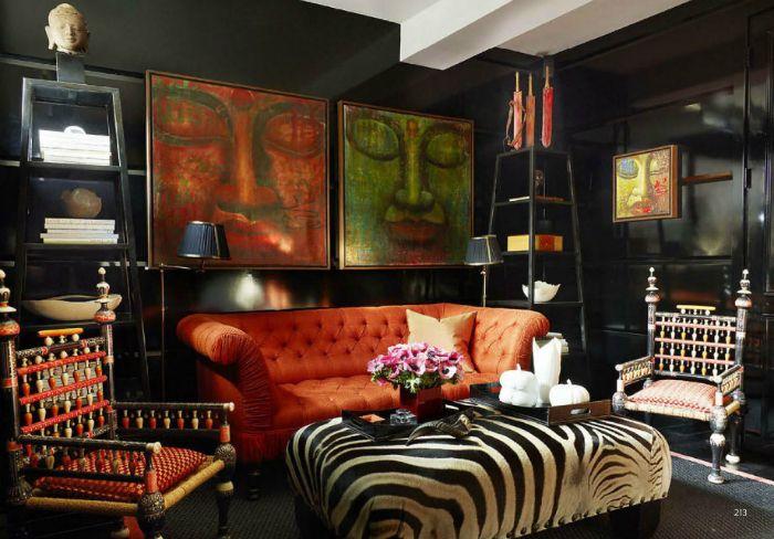 Смелая гостиная с элементами этнического стиля.