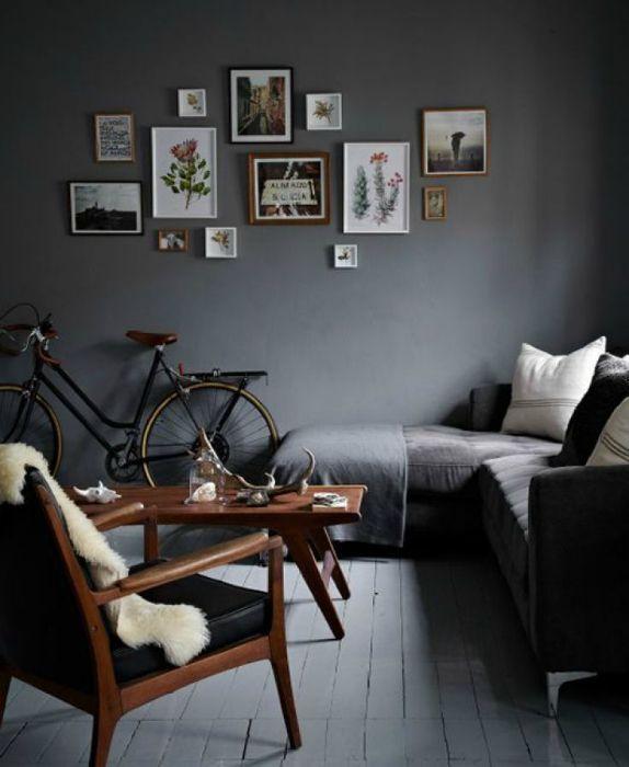 Небольшая гостиная с серыми стенами.