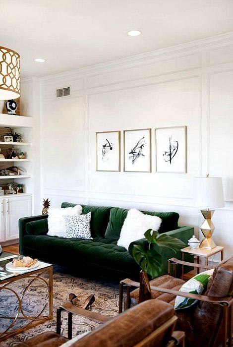 Светлое пространство с изысканным вельветовым диваном.