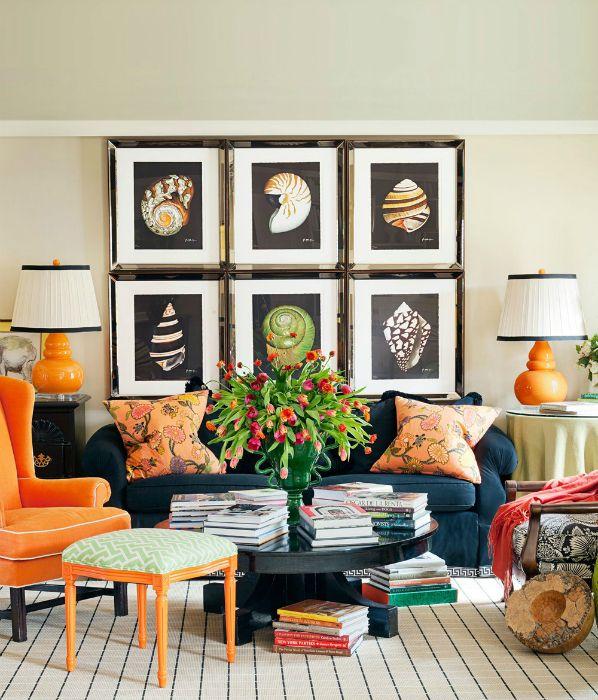 Яркая гостиная с обилием стильного декора.