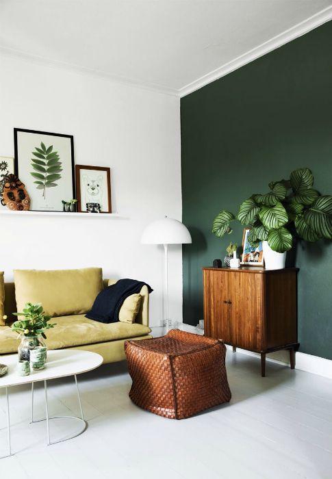 Светлая гостиная с темно-зеленой акцентной стеной.