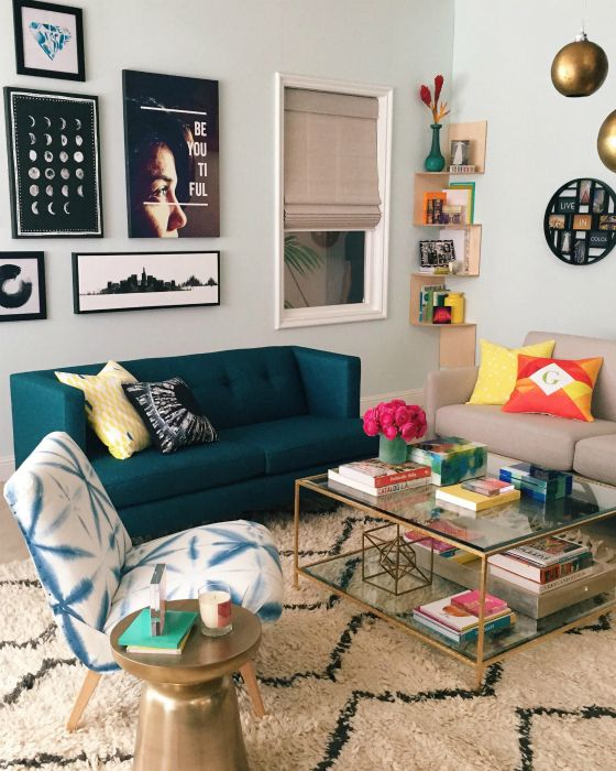 Светлая гостиная с изобилием стильного декора.