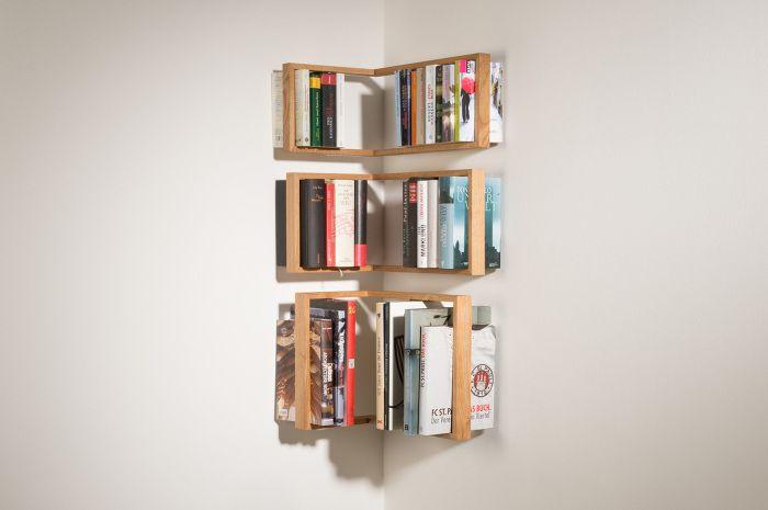 Рафтът държи книгите сигурно.