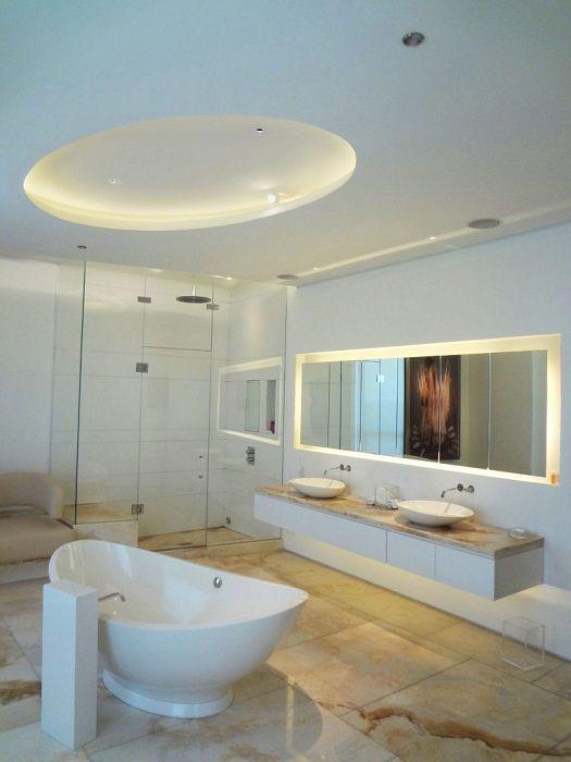 Łazienka ozdobiona jest ukrytym oświetleniem, które dodaje uroku.