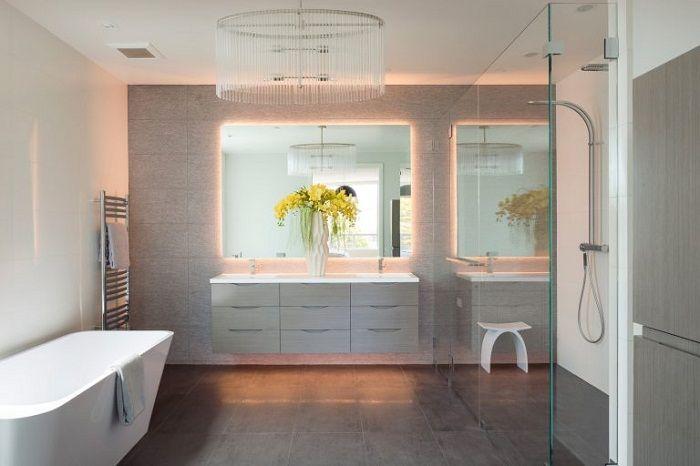 Świetny przykład wyposażenia łazienki dzięki miękkiemu, pośredniemu oświetleniu.