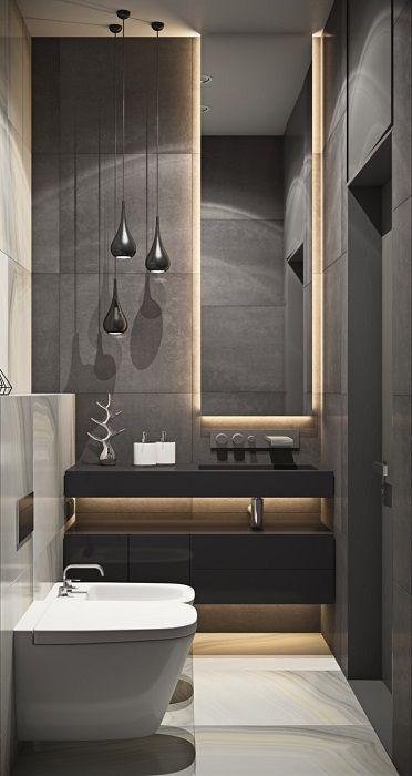 Oryginalne ciemne wnętrze łazienki zostało przekształcone poprzez oświetlenie pośrednie.