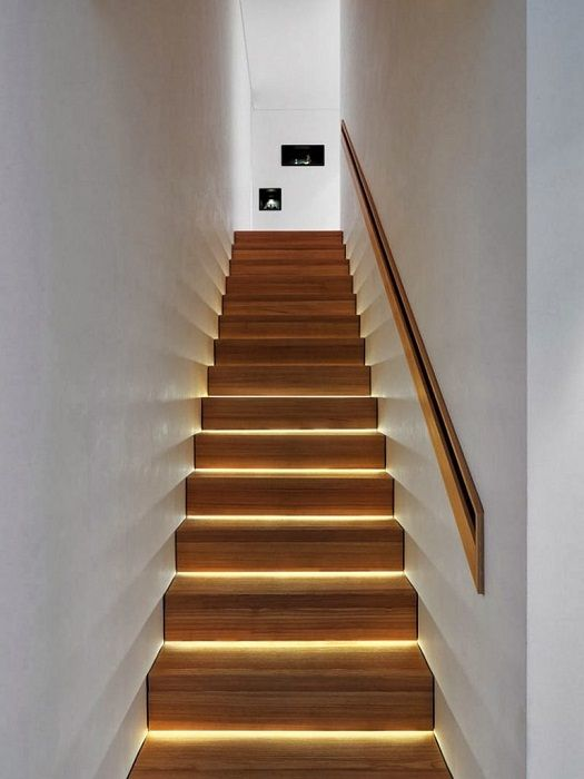 Простая, но очень эффектная подсветка способна обновить старую лестницу.