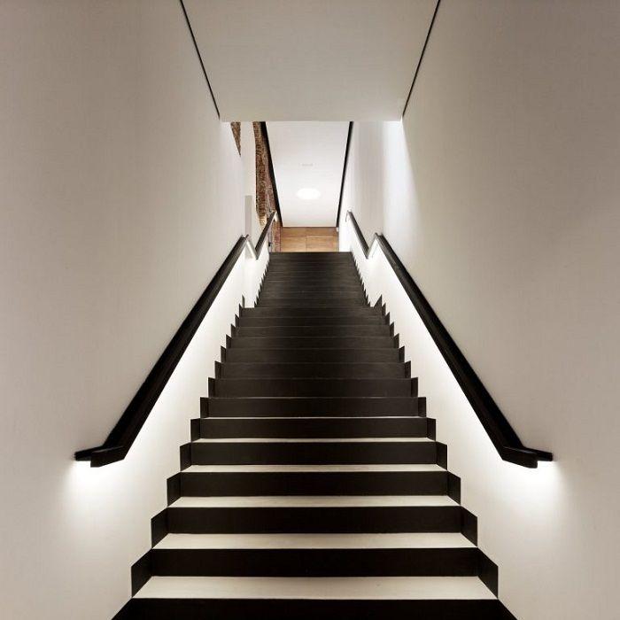 Najlepszym rozwiązaniem jest dekorowanie schodów w klasycznych odcieniach.