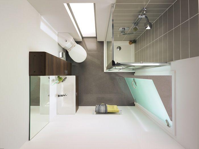 При декорировании ванной комнаты возможно разместить одно, но продолговатое окно.