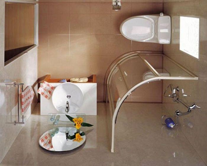 Зрительно увеличит пространство в ванной стеклянная душевая кабинка.