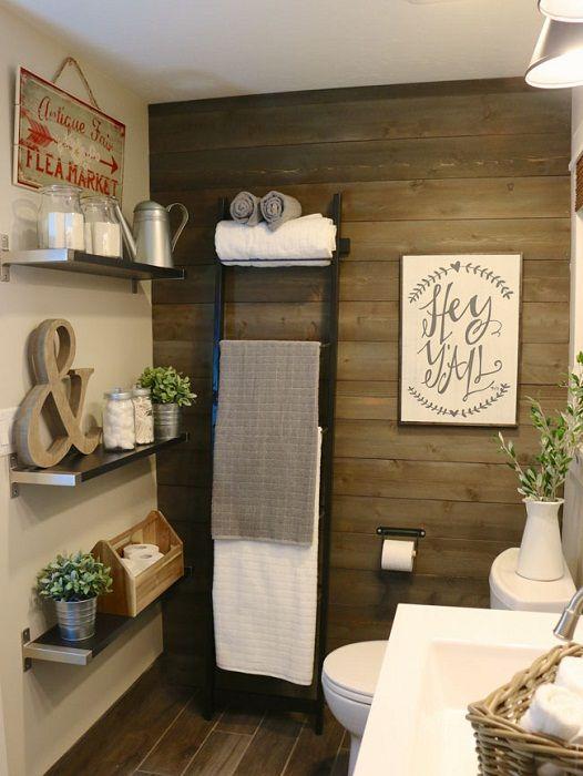 Атмосфера ванной комнаты пропитана нотками совмещения старинного и современного.
