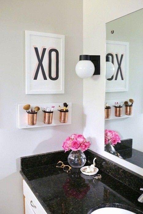 Сочетание черного, белого и золотой — цветовое решение для ванной комнаты.