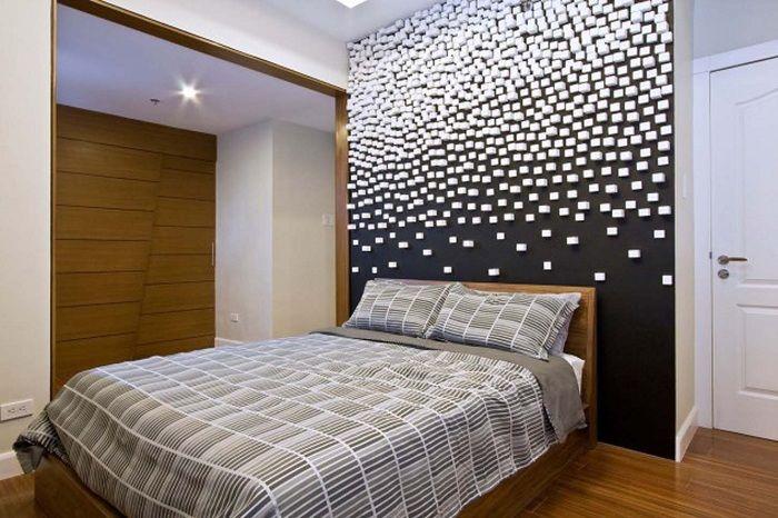 Интериорът на спалнята е декориран в черно-бели цветове, което създава просто шикозна атмосфера.