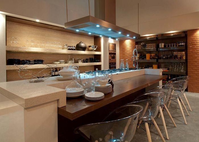Кухня преображена за счет нестандартного освещения.