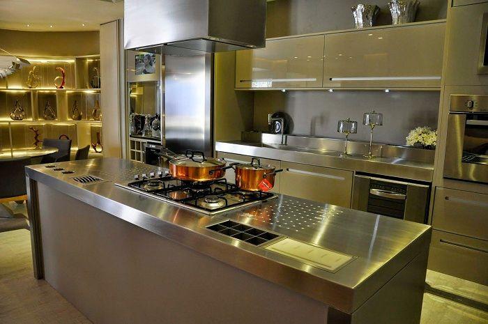 Интересный пример оформления кухни в серебристом цвете.