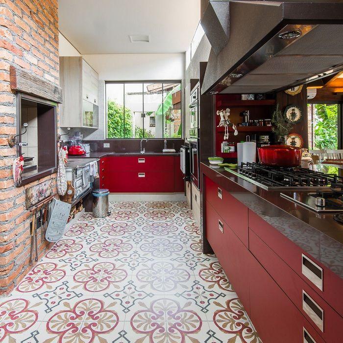 Изысканный дизайн кухни в сочных вишневых тонах.