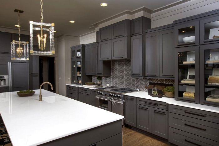 Крутое дизайнерское решение оформление кухни в темно-серых тонах.