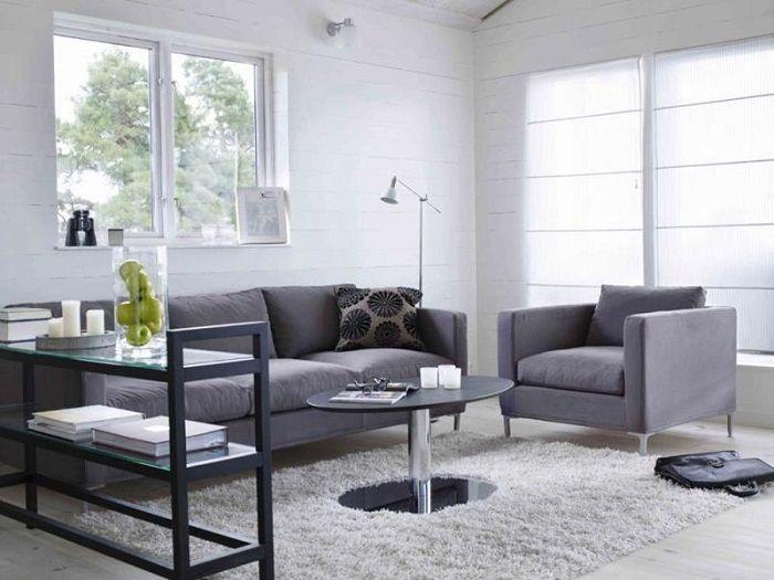Серая цветовая гамма и оригинальная мебель - отличительные особенности крохотной гостиной.
