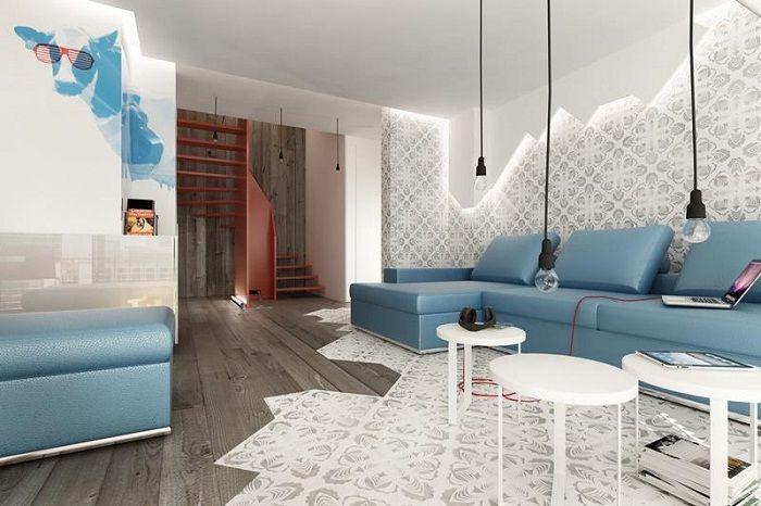 Интерьер небольшой гостиной включает в себя ряд необычных элементов, что создает ощущение чего-то нового.