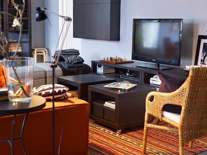 Если есть желание уютно оформить крошечную гостиную, стоит разместить в ней всё что хочется.