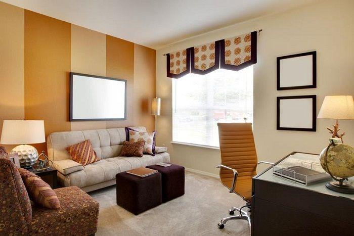 Оранжевые и кремовые тона этой гостиной наполняют небольшое пространство теплой и уютной атмосферой.