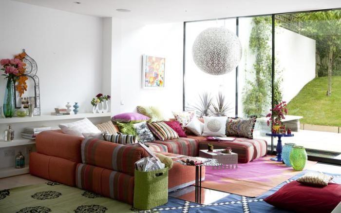 Использование ярких цветов и необычных дизайнерских элементов делает особенным интерьер крохотной гостиной.