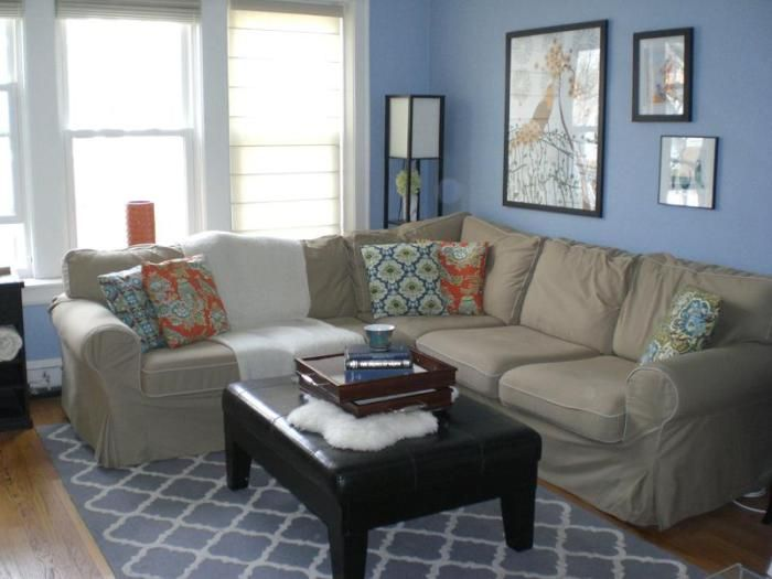 Мягкий и большой диван добавляет легкости интерьеру в нежно-голубых тонах.