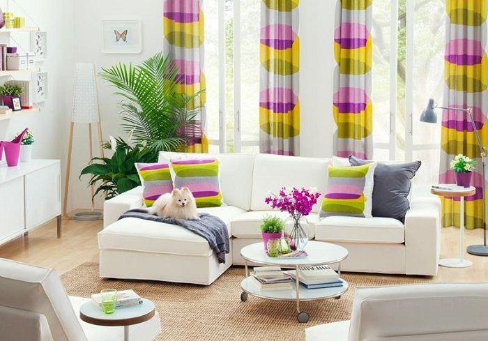 Многоцветные рисунки используются в качестве акцента этой крохотной гостиной.
