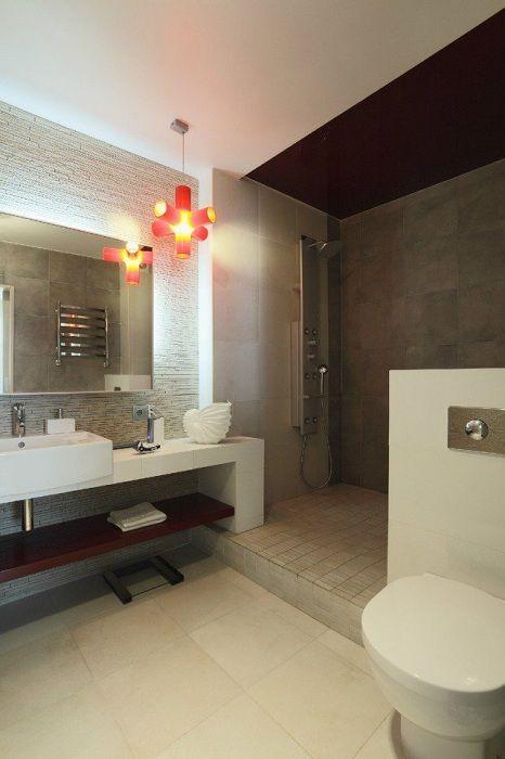 Хороший вариант создать просторную ванную комнату, если позволяет площадь и отлично укомплектовать её.