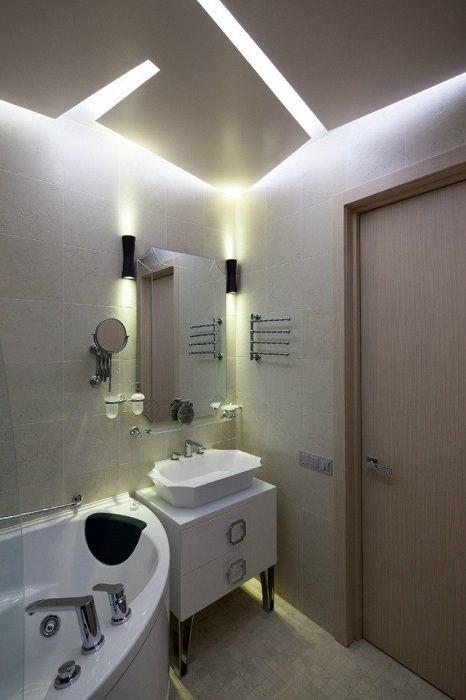 Красивый интерьер ванной комнаты создан благодаря нестандартному освещению, что очарует с первого взгляда.