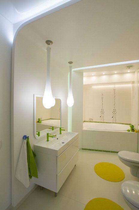 Декор ванной комнаты в белом цвете с яркими элементами, что вдохновит.