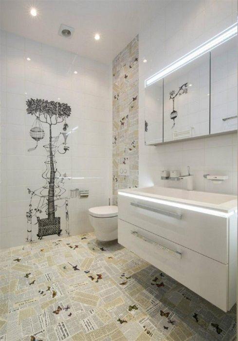 Крутое оформление ванной комнаты с помощью плитки украшенной газетным принтом, что создаст отменный интерьер.