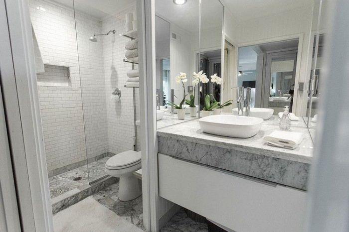Отличный вариант создать интерьер ванной комнаты в белом цвете с мраморными вставками.