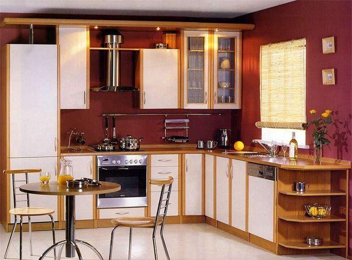 Отличный вариант оформить интерьер кухни с помощью контрастного бордового цвета.