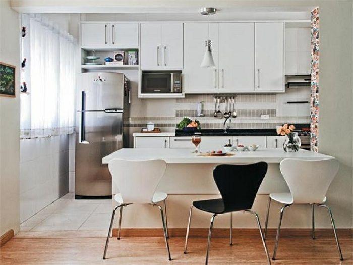 Интерьер мини-кухни преображен за счет использования светлых оттенков плюс дополнительно черных элементов интерьера.