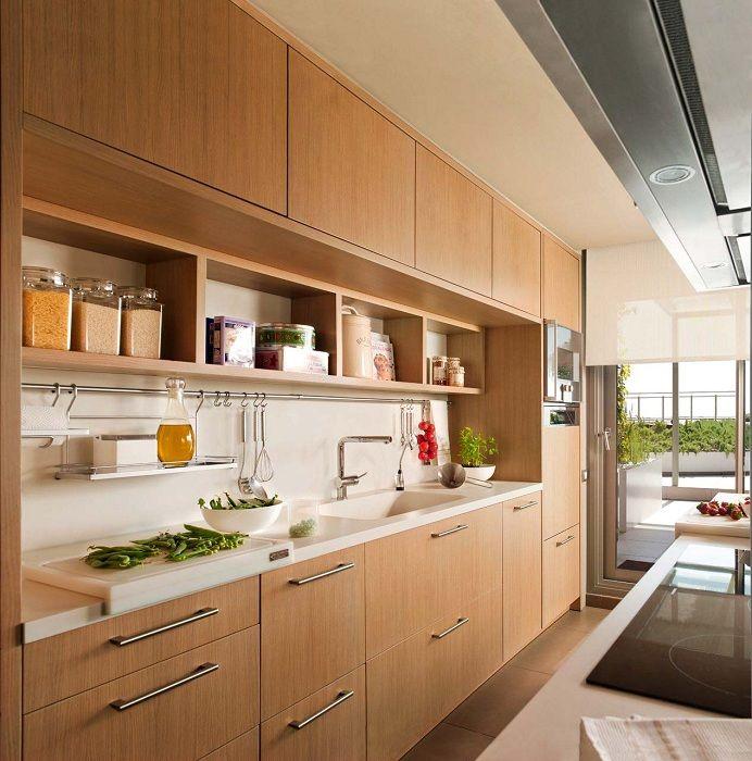 Прекрасный вариант декорирования кухни с маленькой площадью в ореховых тонах.
