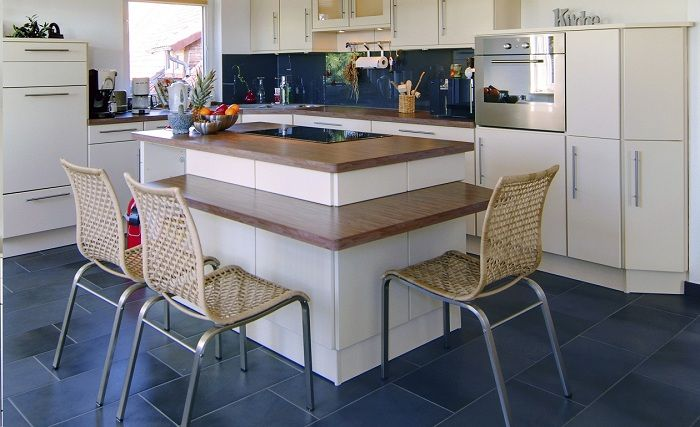 Прекрасный пример оформления небольшой кухни, что выглядит аккуратно и привлекательно.