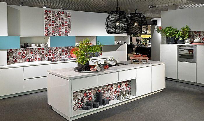 Шарени плочки оживяват дискретен дизайн на кухнята.