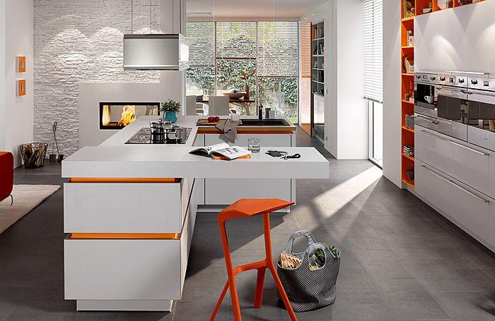 Бяла кухня с ярки акценти.