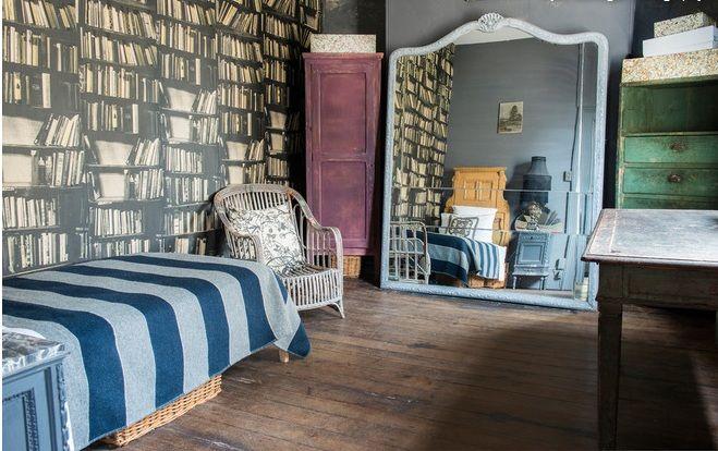 Естествената текстура на дървото изглежда впечатляващо на старите мебели.