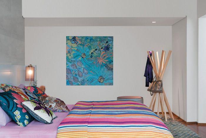 Ярки детайли в неутрален интериор на спалнята.